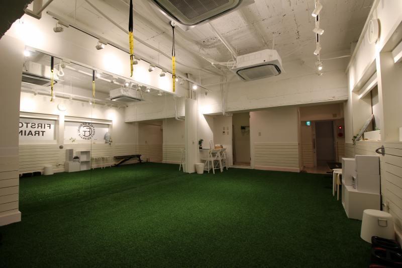 長堀橋 人口芝を敷設し、大型鏡を設置したトレーニングスペースです。 の写真