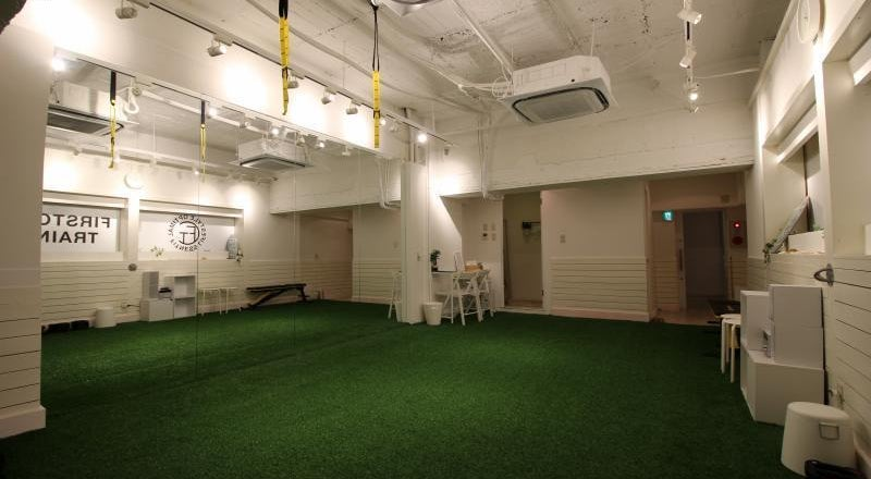 長堀橋 人口芝を敷設し、大型鏡を設置したトレーニングスペースです。