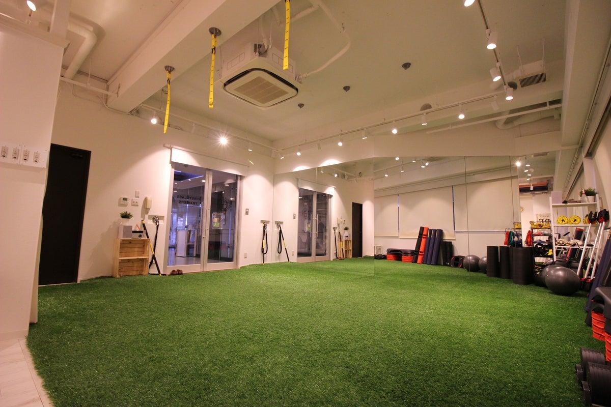 南堀江 人口芝を敷設したトレーニングスペースで多目的に利用できます。 の写真
