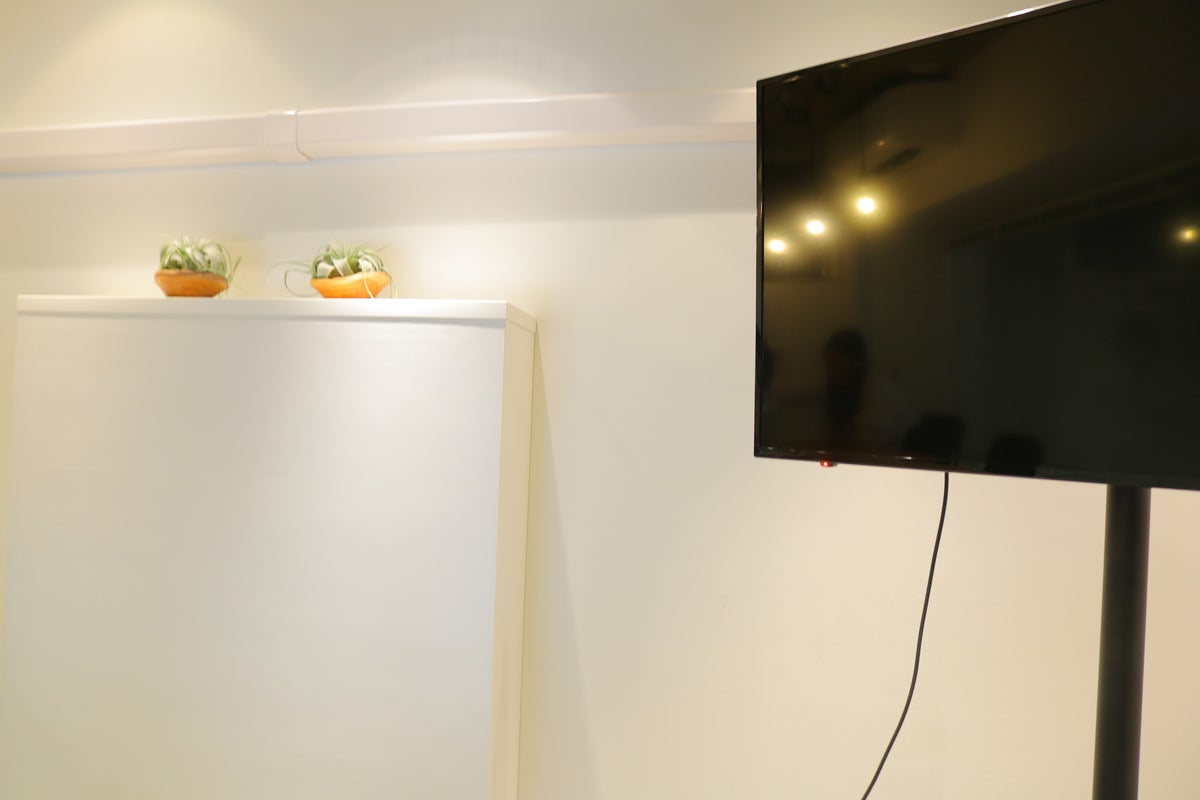 【大阪・堀江】オシャレな会議室 WiFi、モニター、お水、コーヒー無料 電源完備 打ち合わせ、セミナー等に最適 トイレ綺麗 の写真