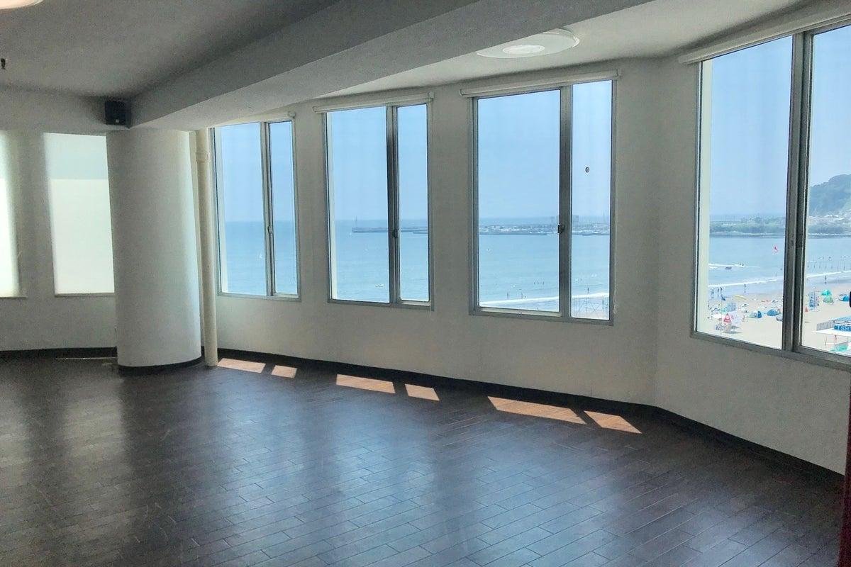 江ノ島の海が一望できるレンタルスペース パーティーやイベント、レッスンなどに 6F大ホール の写真