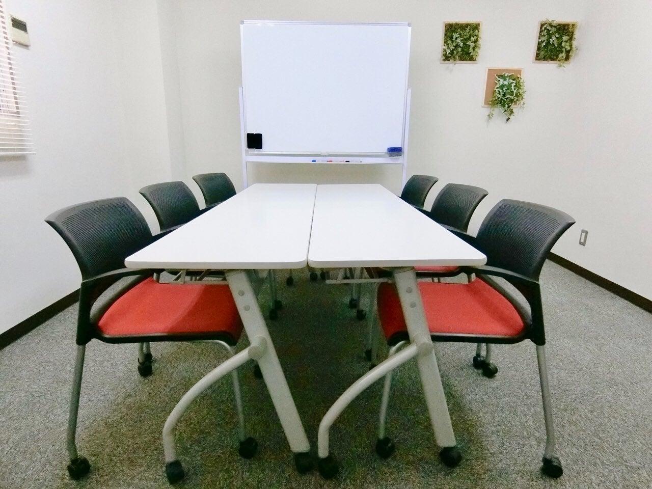 【本町4分】モダンでおしゃれな少人数向け貸し会議室「みーてぃんぐすぺーす本町」プロジェクター無料 の写真