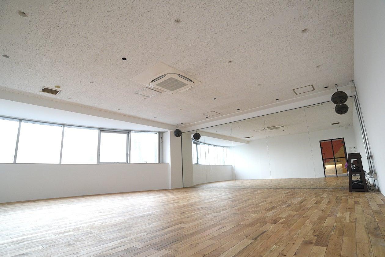 フローリングが気持ちいい広々したダンススタジオ の写真