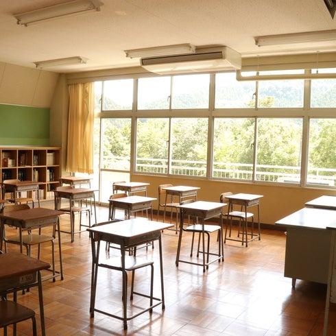 教室A/東京都/奥多摩/自然に囲まれた廃校 中学校の机と椅子がそのまま残ってます! の写真