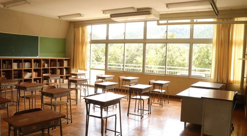 教室A/東京都/奥多摩/自然に囲まれた廃校 中学校の机と椅子がそのまま残ってます!