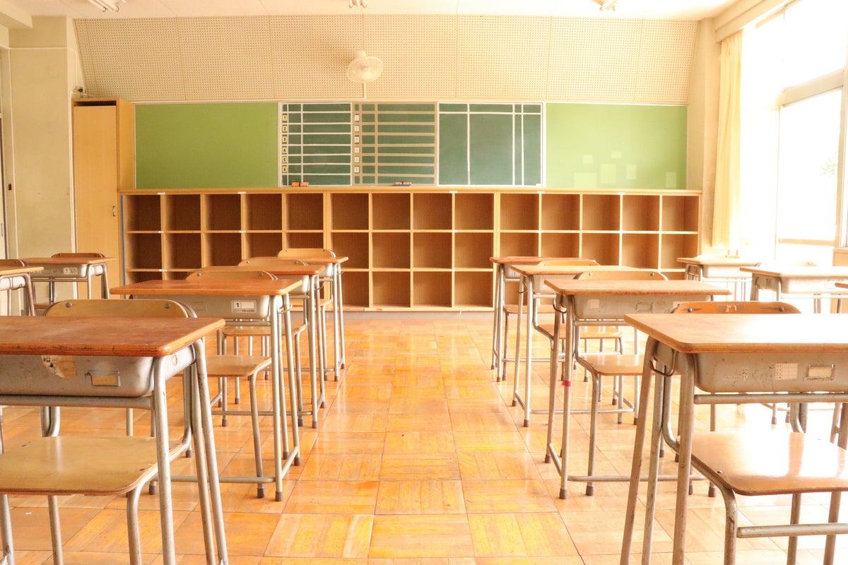 【営業自粛中】教室B/東京都/奥多摩/自然に囲まれた廃校 中学校の机と椅子がそのまま残ってます! の写真