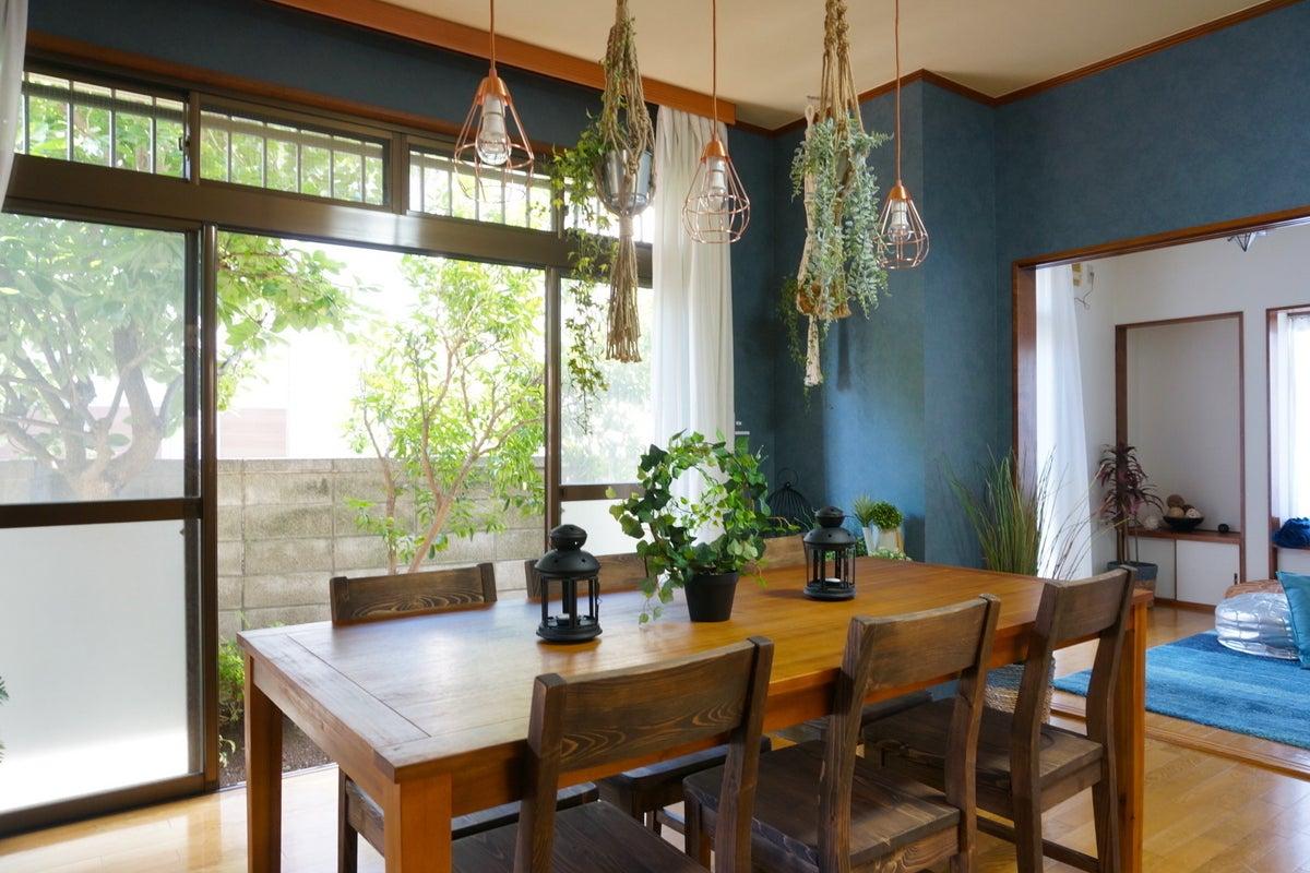 【fika桜上水〜夏みかんハウス〜】上品なブルーに囲まれたリビング・ボタニカルな雰囲気がフォトジェニック♪SNS投稿・動画撮影可 の写真