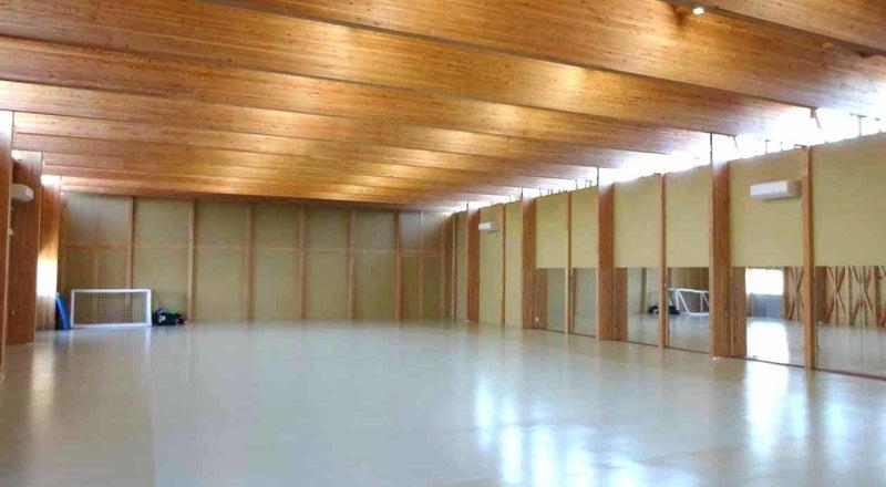 高い天井と大きな木梁のスポーツコートです。ヨガ、ダンス、空手、武術、撮影、セミナー、会議、教室など。