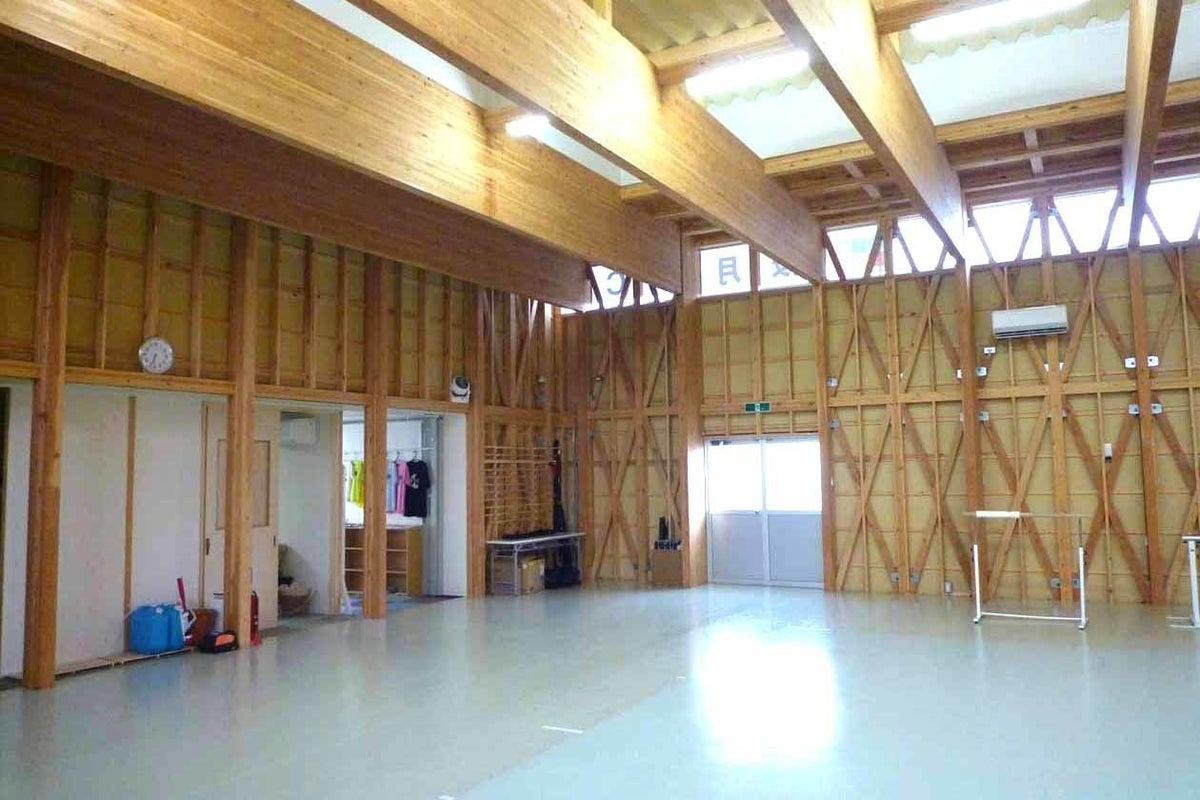 高い天井と大きな木梁のスポーツコートです。ヨガ、ダンス、空手、武術、撮影、セミナー、会議、教室など。 の写真