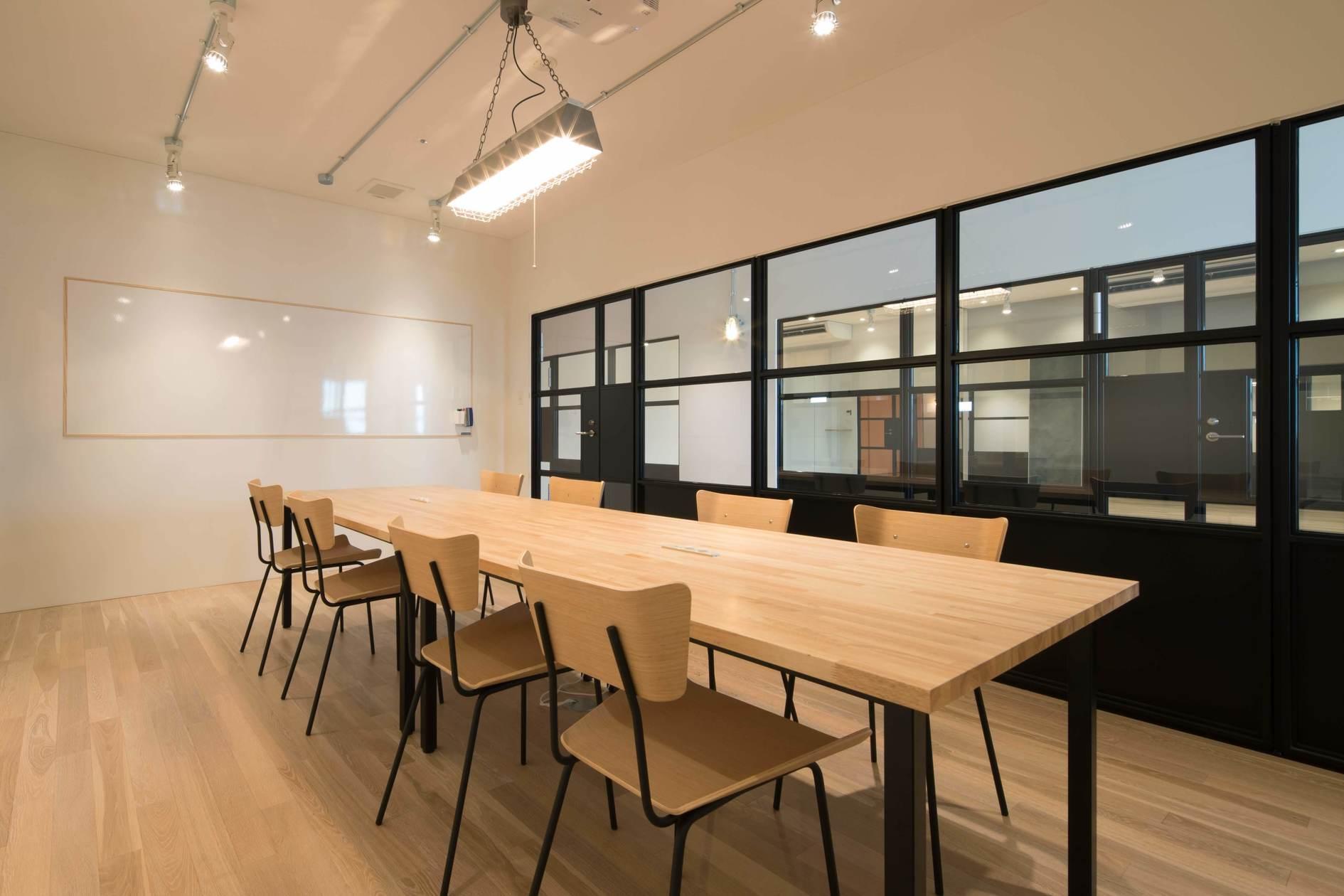 雰囲気を変えた会議、小規模セミナーに使えるオシャレな会議室。駐車場・Wi-Fi・プロジェクター・ホワイトボード無料 の写真