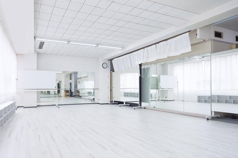 【名古屋駅近】窓開で換気抜群!3面鏡張りの清潔感あふれるエクササイズスペース|ATGレンタルスペース の写真