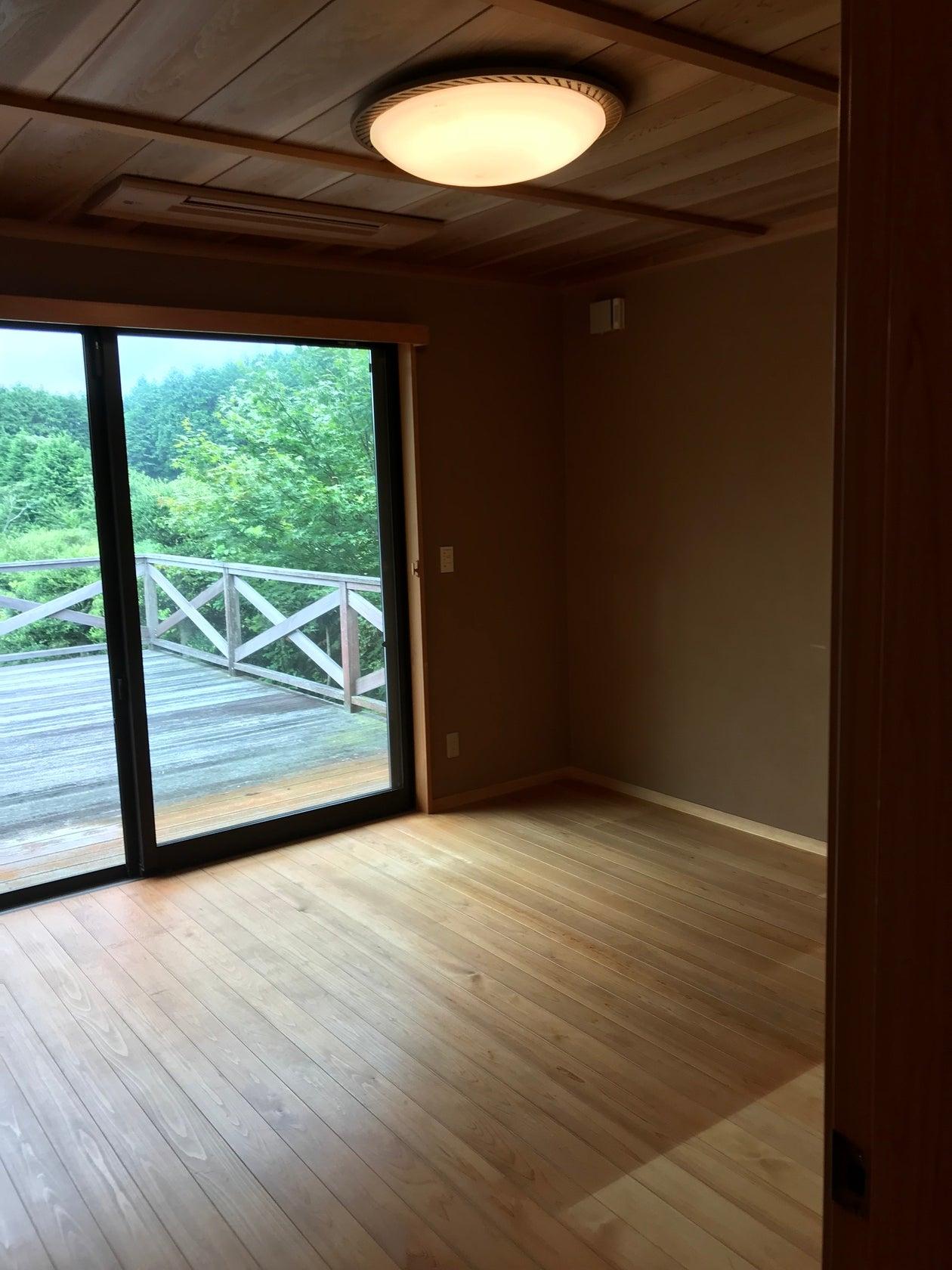 広いテラスがある木の香り豊かな純日本建築の戸建 の写真