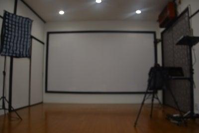 プロジェクターの背景画像で疑似体験ができるスタジオルーム の写真