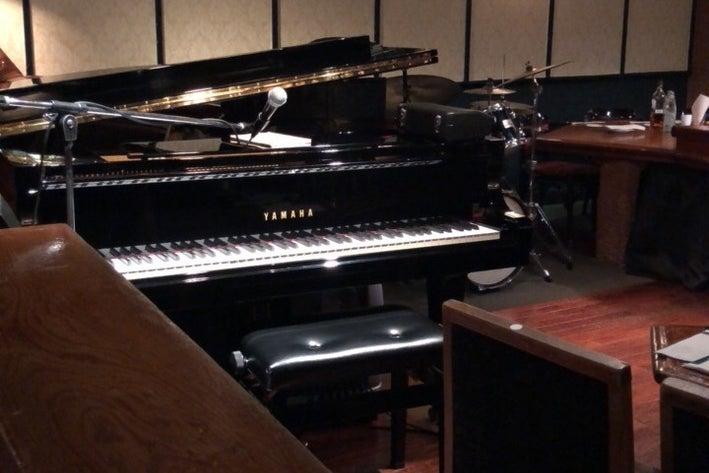 銀座の老舗ジャズライブレストラン。ステージにはグランドピアノや音響設備完備。 の写真