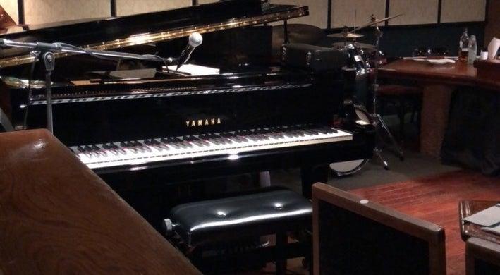 銀座の老舗ジャズライブレストラン。ステージにはグランドピアノや音響設備完備。