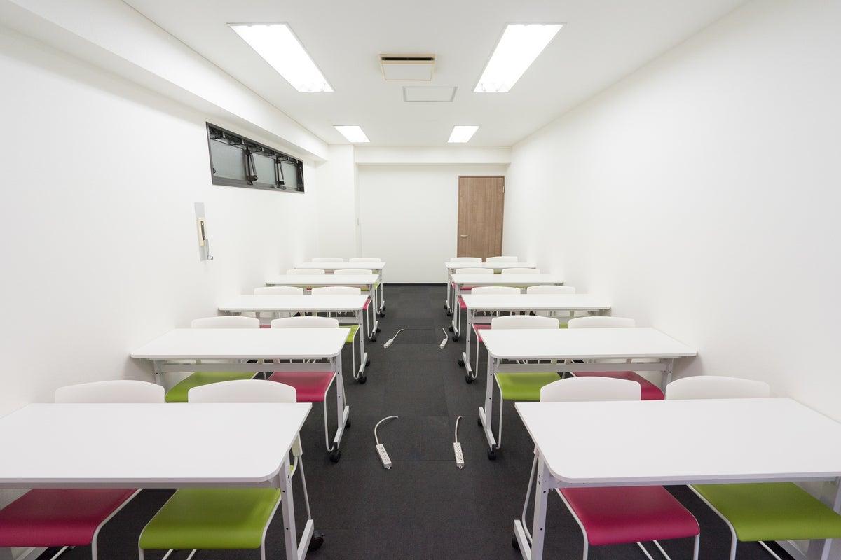 【博多駅すぐオフィスビル】A02(20名収容):明るいスペース!会議・セミナー・イベント・説明会・スクールに の写真