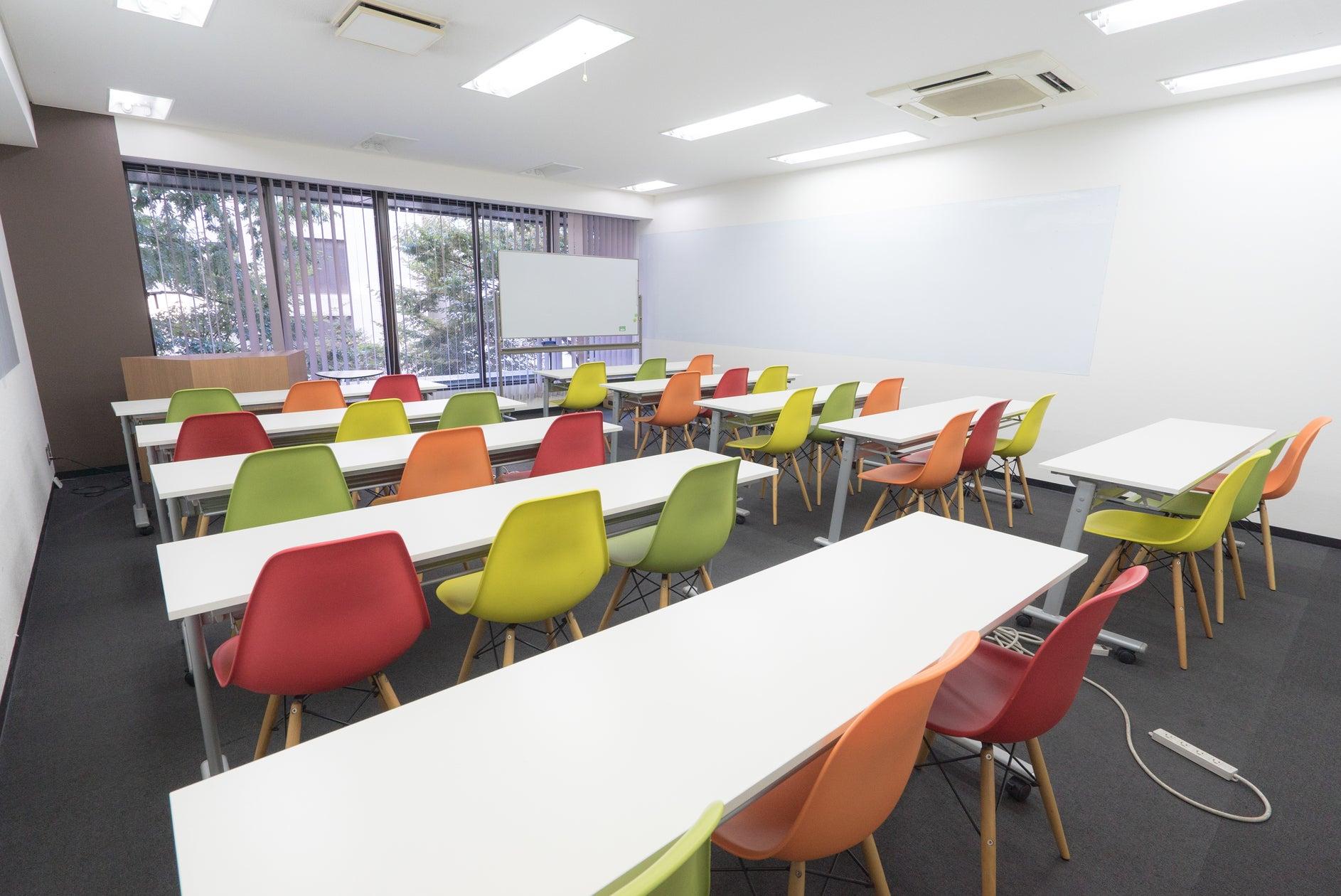 【博多駅すぐオフィスビル】A03(30名収容):カラフルで明るいスペース!会議・セミナー・イベント・説明会・スクールに