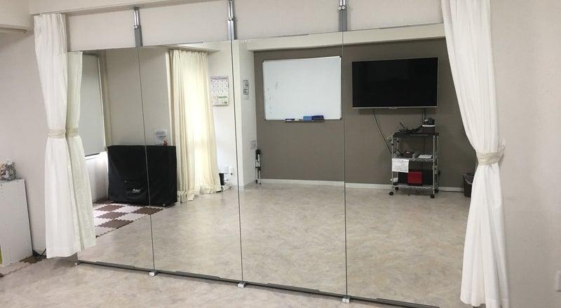 【横浜駅】大型鏡付き!ダンスやヨガができるフロアタイル!平日1時間1500円で大型モニター、WiFi完備