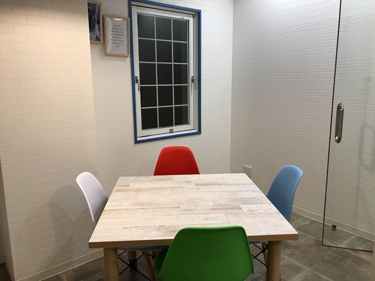 ~MTGルーム~おしゃれで解放感あふれるLA風MTGルーム(4人用)。ワークショップにもぴったり。テンションが⤴空間です。(work and place おしゃれで駅近、スタイリッシュな空間をご自由にお使いください!) の写真0