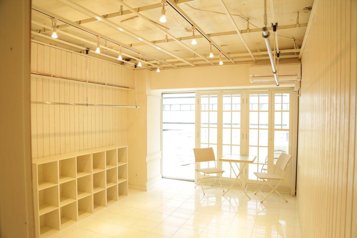 室内が白で統一され、様々な表現がしやすいレンタルスペースです。 の写真