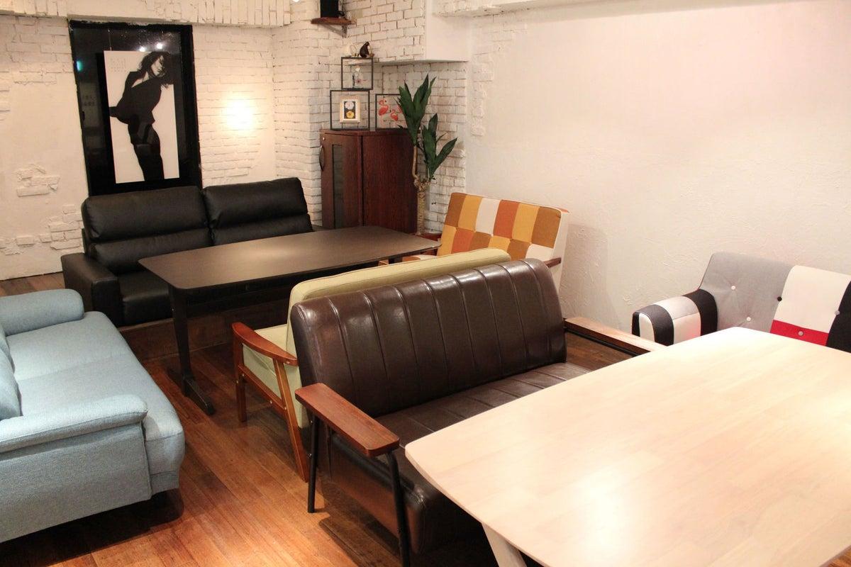 キッチンとソファを備えたリラックスした中、パーティやママ会、セミナーや研修会など自由に活用できます。 の写真
