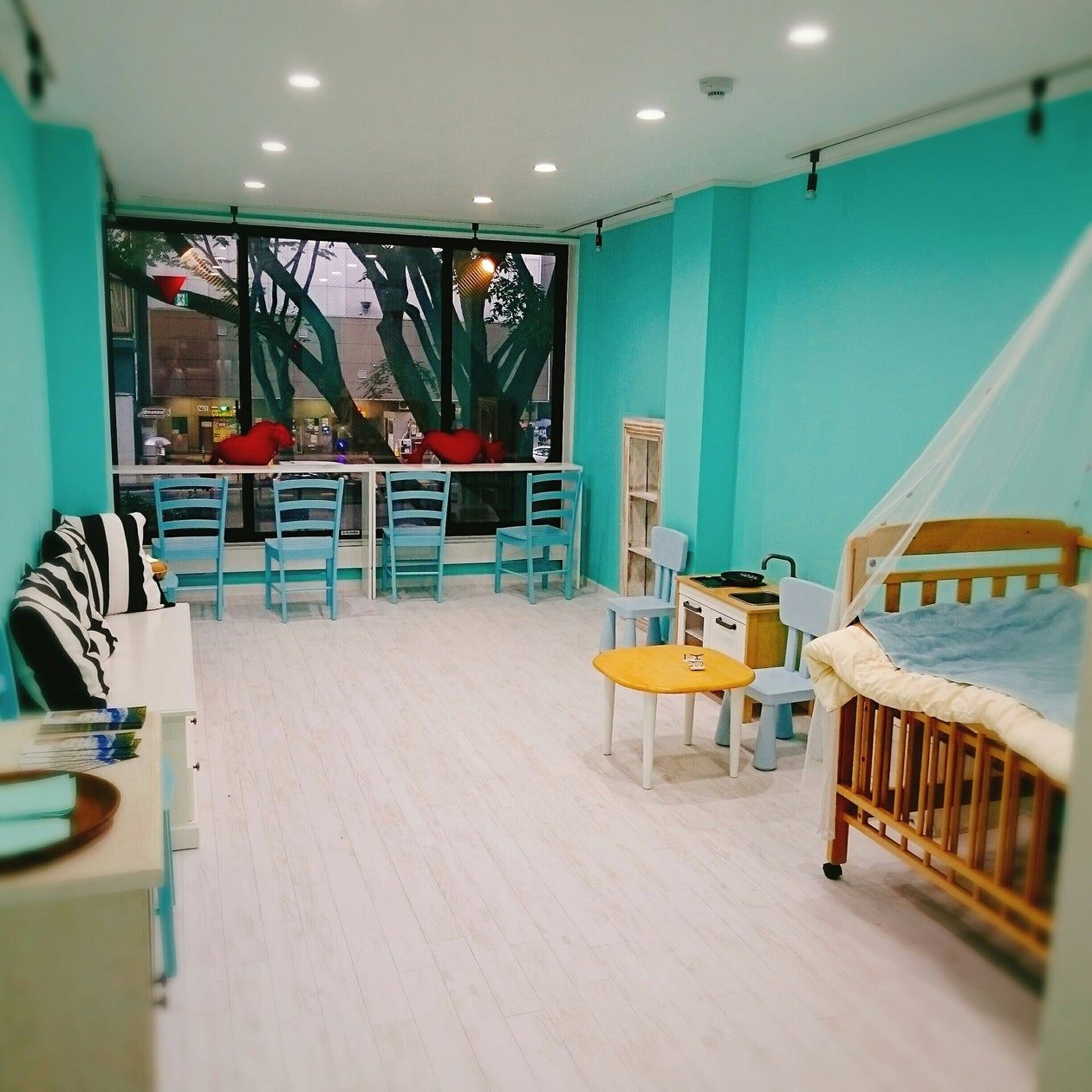 きれいな内装にアクセス良好。お友達とお茶会やセミナーなど活用できます! の写真