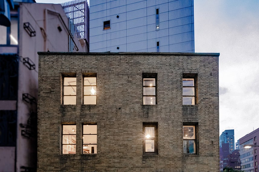 銀座90年の時を刻む!歴史的文化財ビル。現代アートのギャラリー空間 & 銀座の昭和通りを望む屋上 の写真