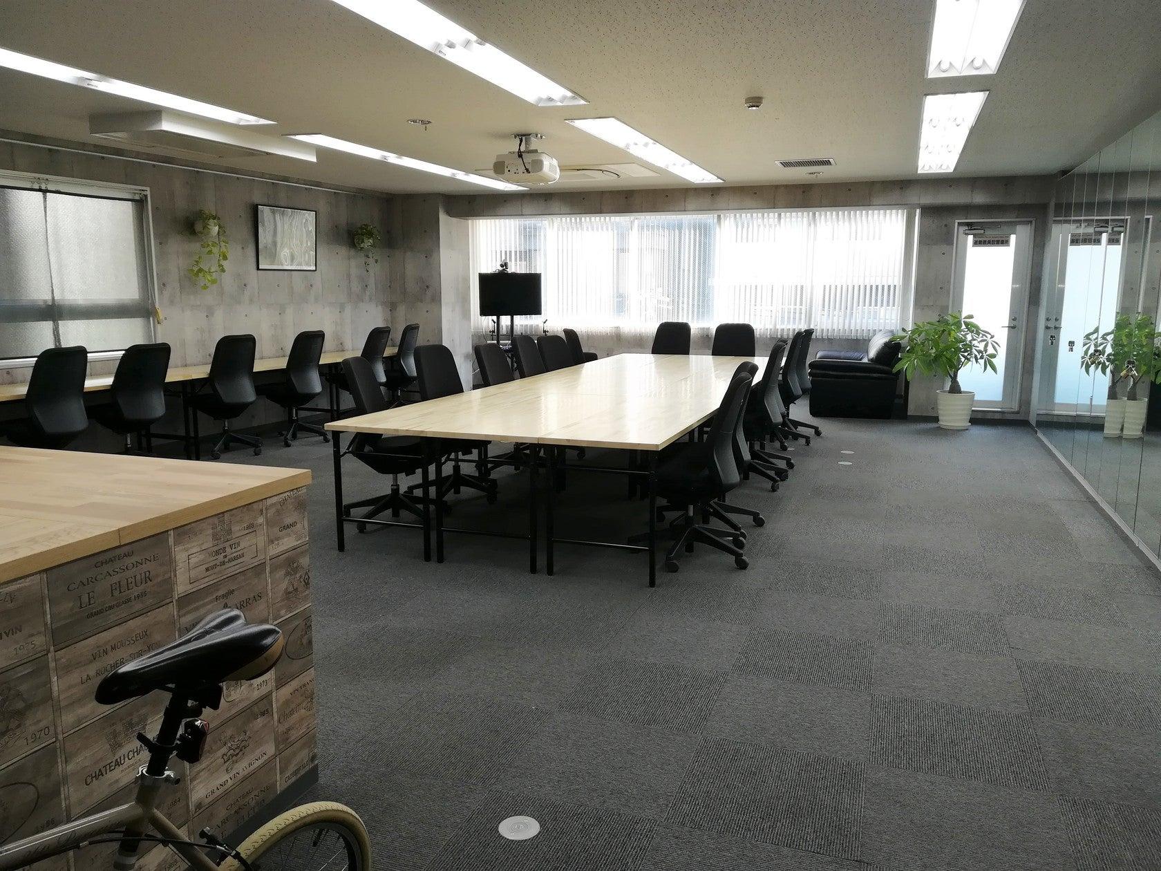 Web会議や大型スクリーンで映画鑑賞も…多様に使えるミーティングスペース demokura