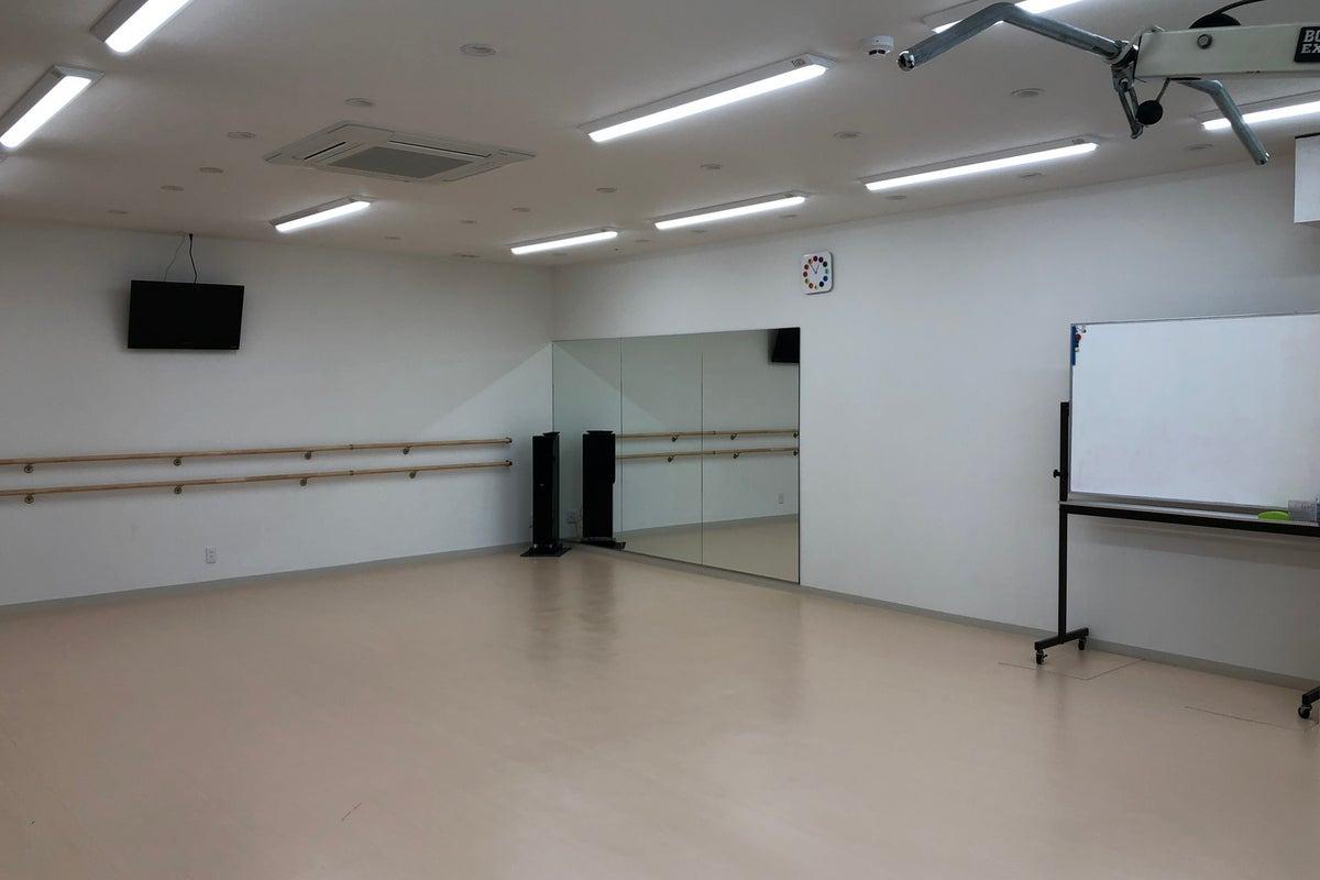 鏡もありダンス、バレエ、学芸会の練習などに自由に使用可能。ワークショップ、教室、セミナーなどに の写真