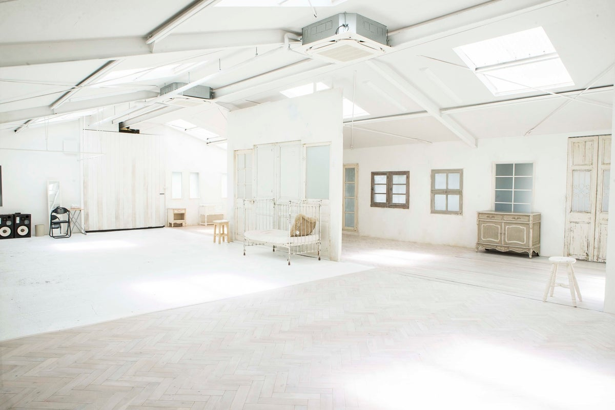 自然光が降り注ぐ白を基調にした自然光レンタルハウススタジオ  studio NARU の写真