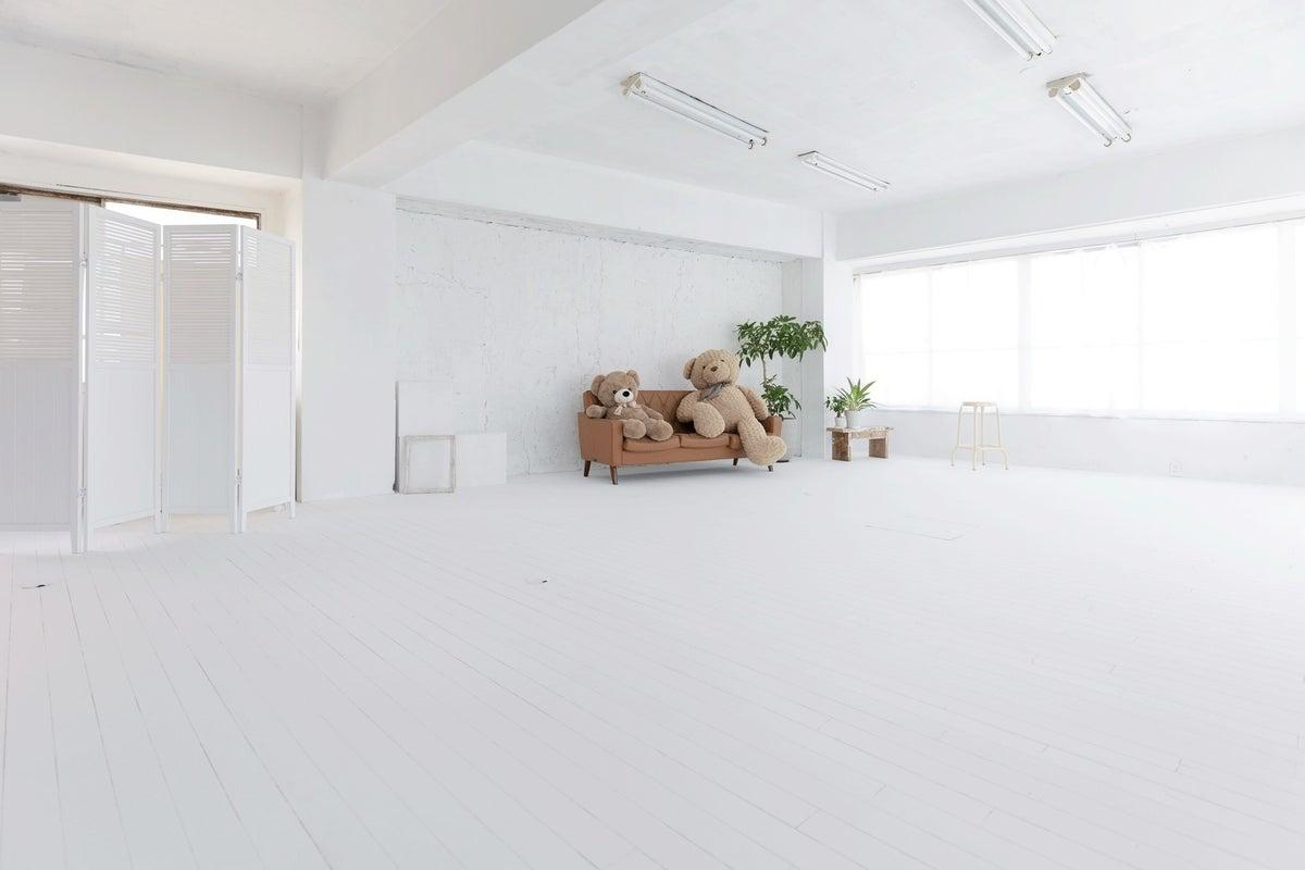 白壁白床ベッド有。自然光で一日中キレイに撮影できる新宿のハウススタジオ の写真