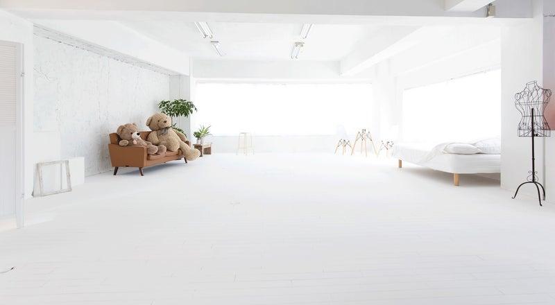 手塗りの白壁白床。柔らかな自然光で一日中キレイに撮影できる新宿のハウススタジオ