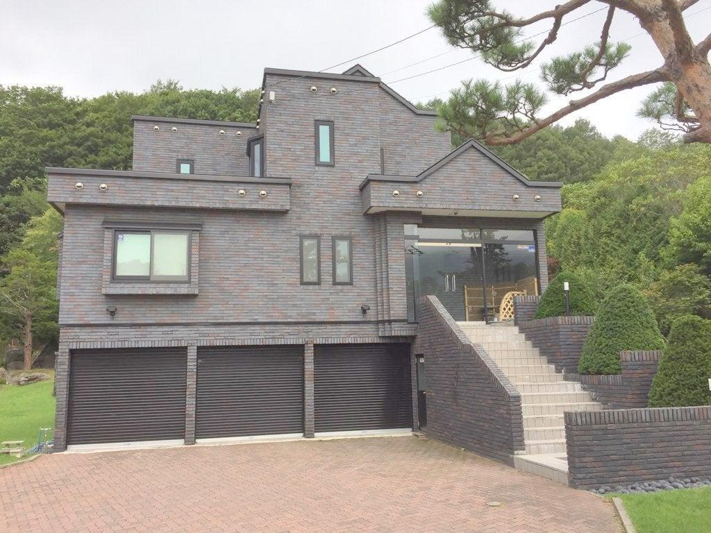 1200坪の日本庭園と人工滝+6LDK豪邸+ウッドデッキ付♪自然豊かな邸宅スペース!