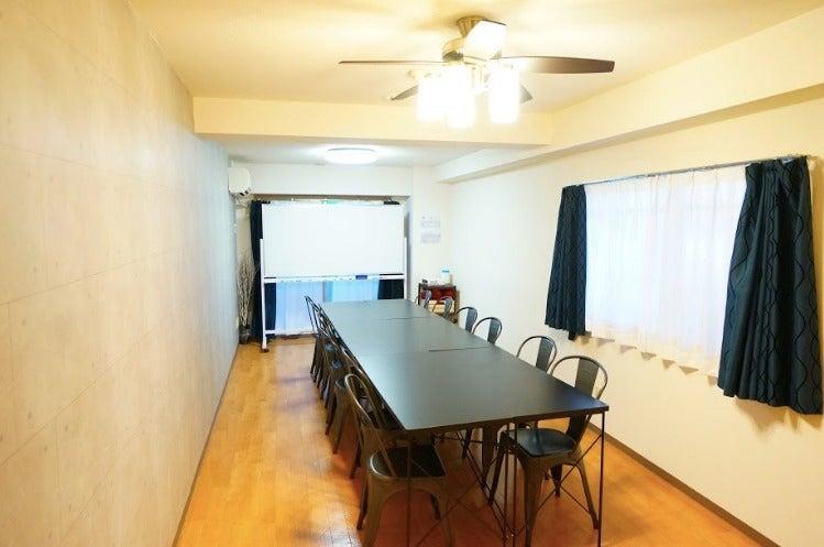 <オトナ会議室>【横浜駅北西口3分】12名ゆったり利用可能・WIFI/プロジェクタ利用無料・完全個室 の写真