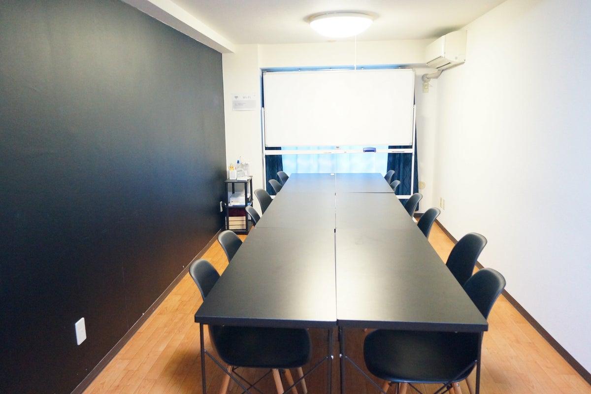 <シック会議室>12名収容★横浜駅より徒歩4分!WIFI/プロジェクター無料・完全個室会議室 の写真