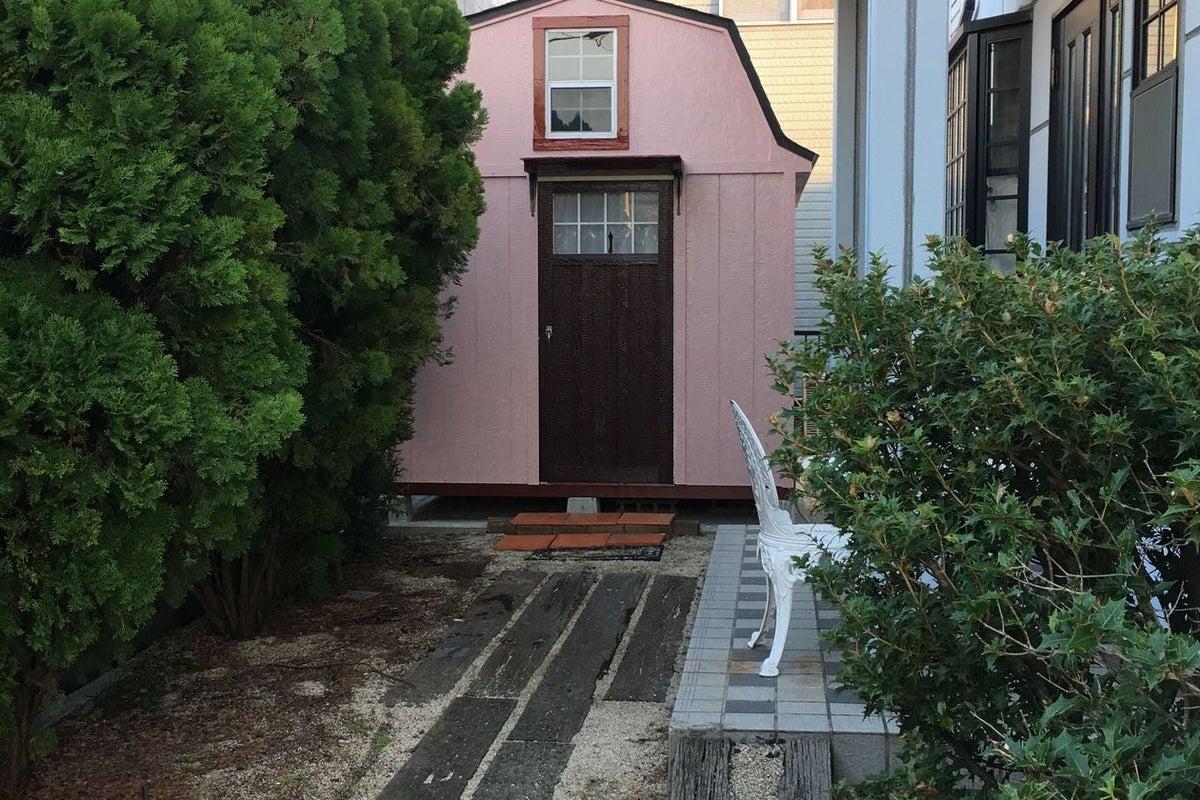 閑静な住宅地にある、かわいいピンクハウスの隠れ家サロン。 の写真