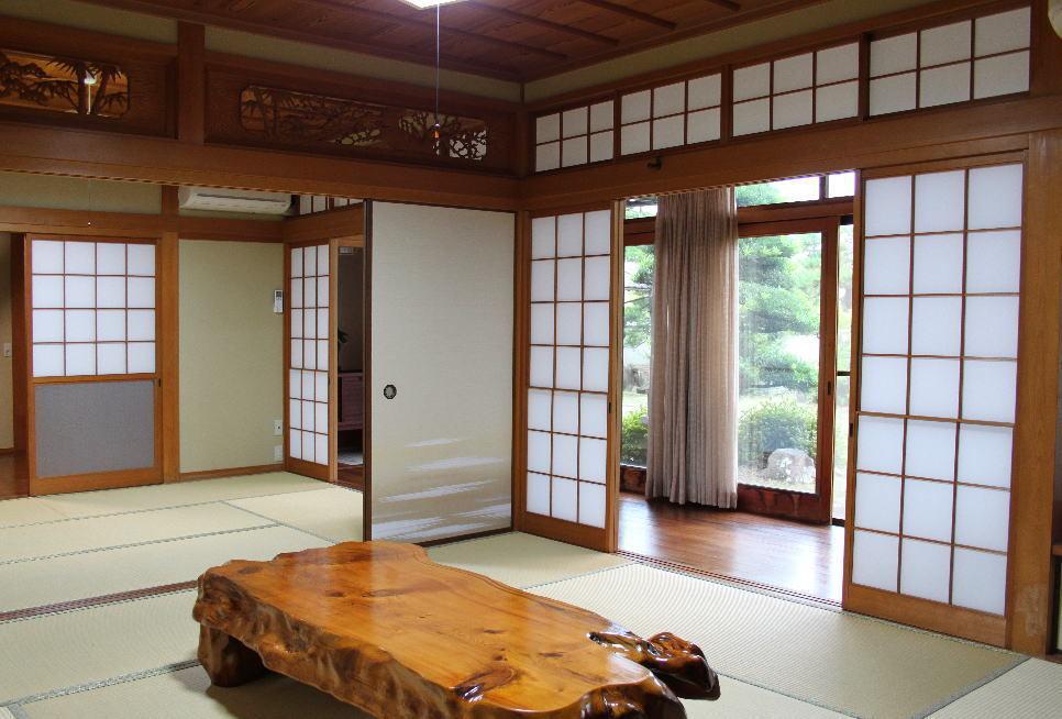 廊下越しに庭を眺める ゆとりの和室(庵の家) の写真0