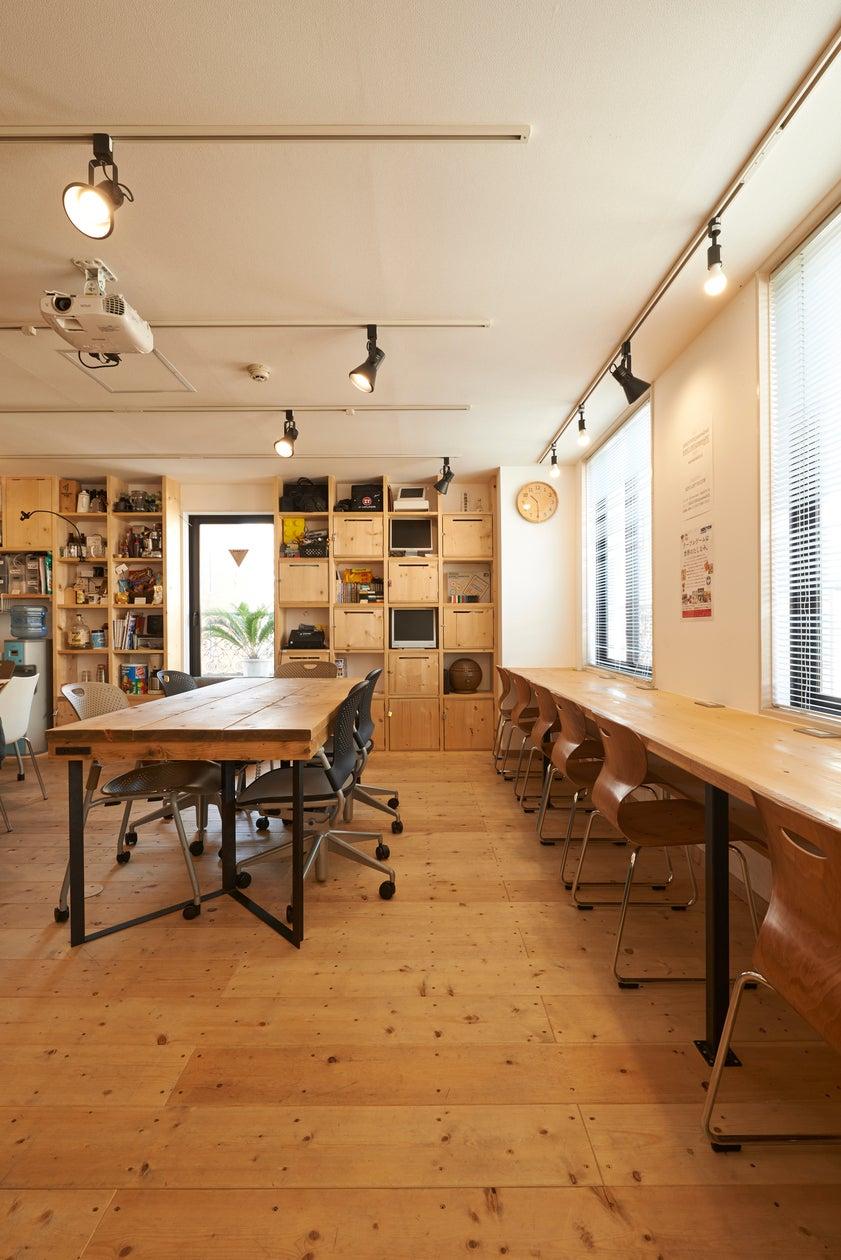 木津潤平建築設計事務所さんによるおしゃれな内装設計。無垢の木の温かみが優しい。
