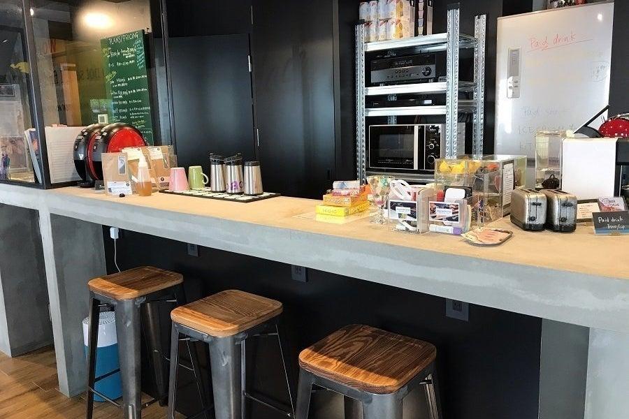 【10人用レンタルキッチン】(10名様まで)モルタル造りのカウンター付キッチンで素敵な教室を!ワークショップにもぴったり。 の写真