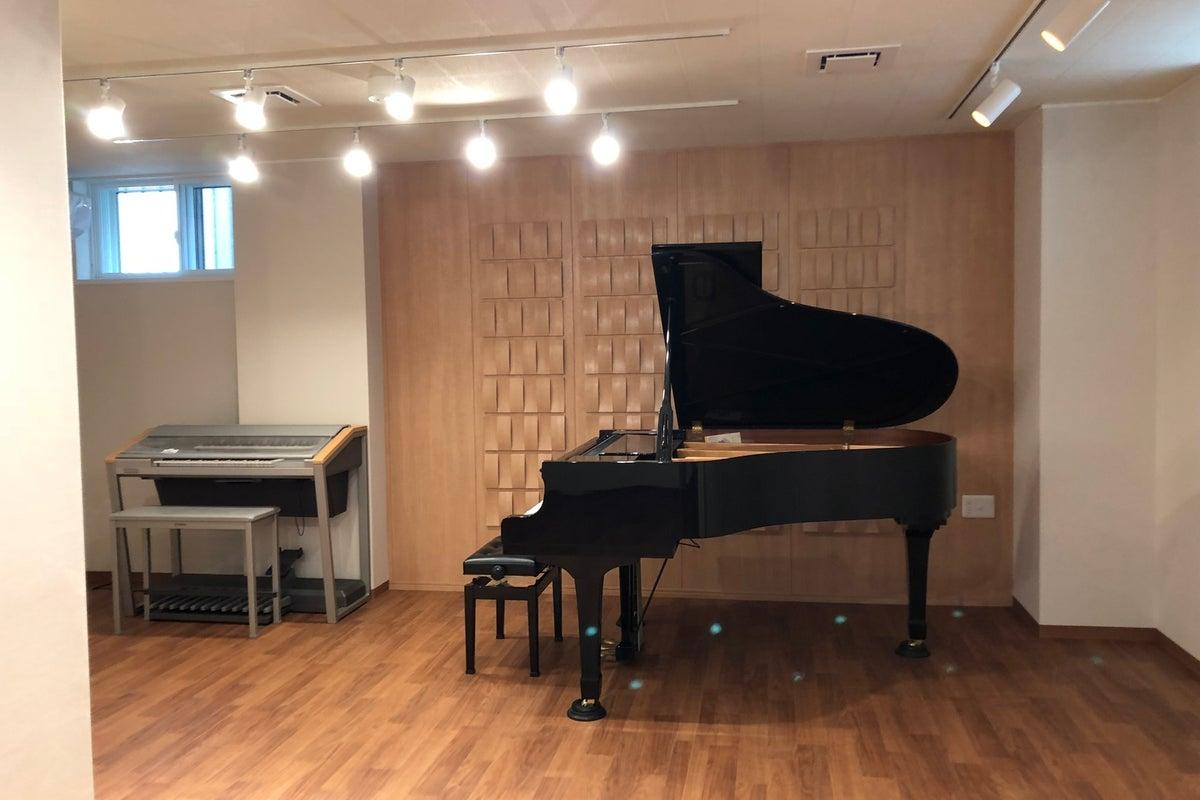 福岡市中央区の音楽スタジオ!グランドピアノ・グランドハープ・エレクトーン設置!練習・ミニコンサートに! の写真