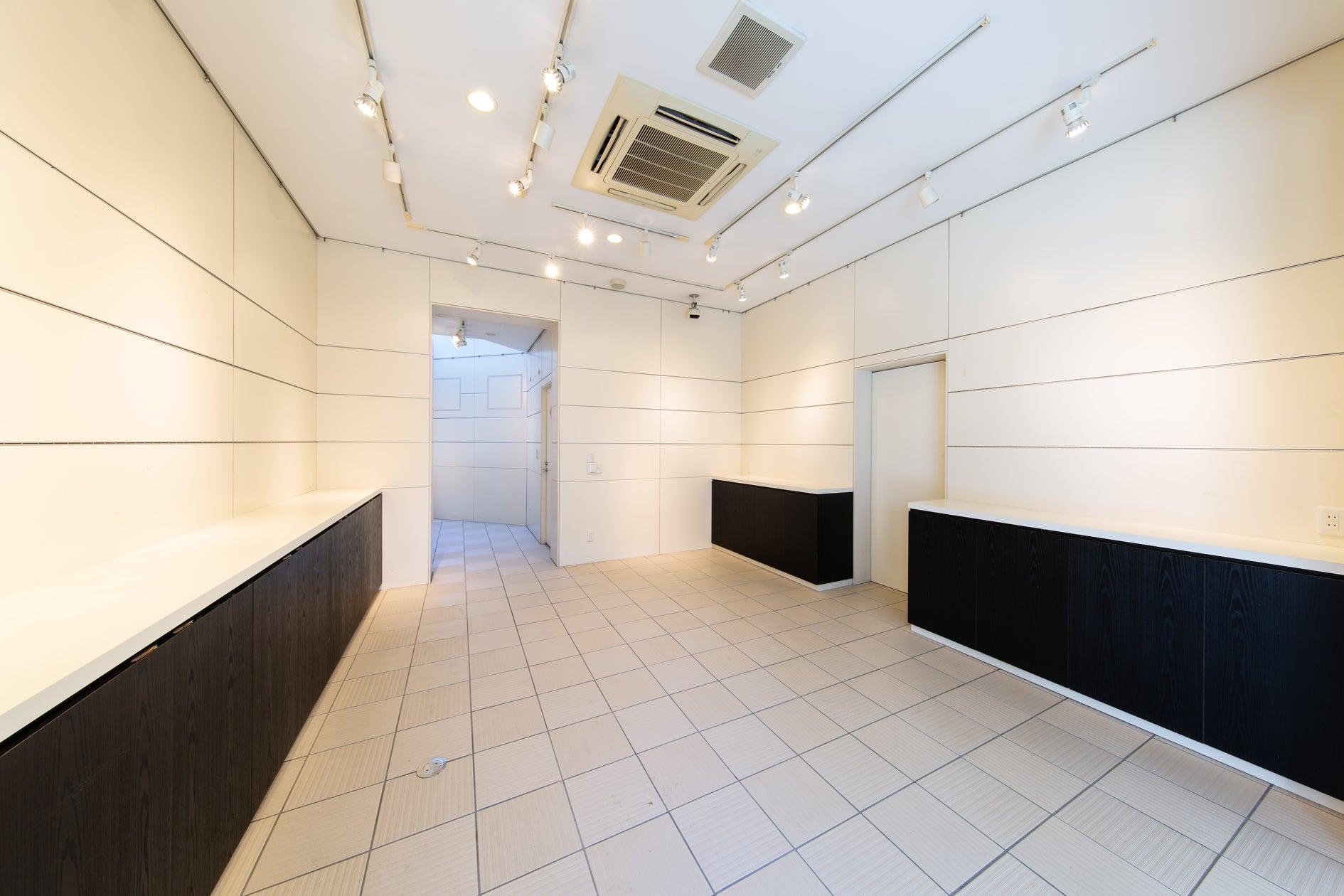 光溢れるホワイトスペース。大小の小部屋が利用可能です の写真