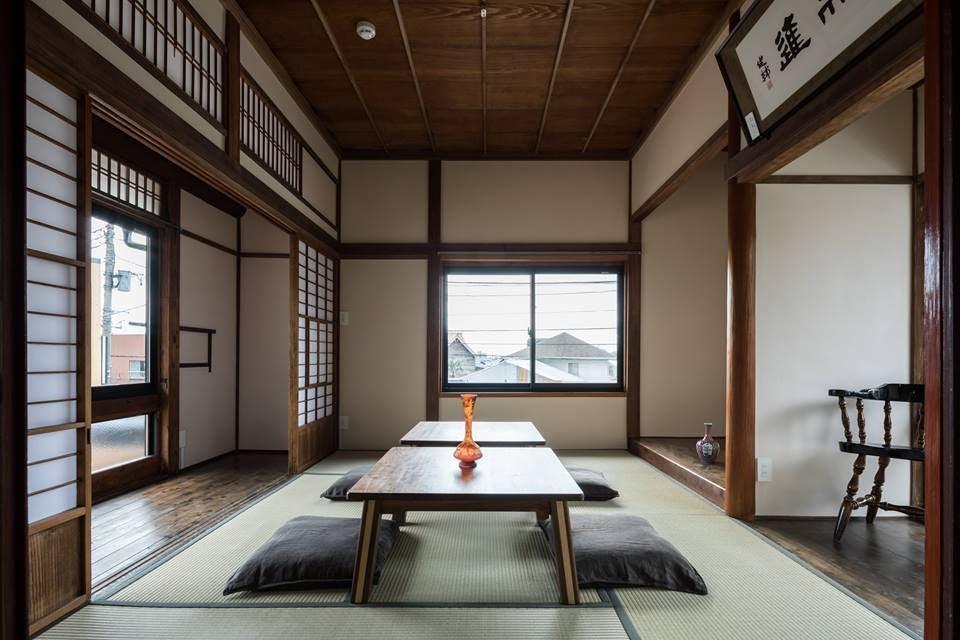 築90年の木造建築の二階、木の温もりに包まれる空間です。仙元山の山並みと富士山を望むことができます。(風早茶房・築90年の木造建築の二階、仙元山の山並みと富士山を望む木の温もりに包まれた空間です。) の写真0
