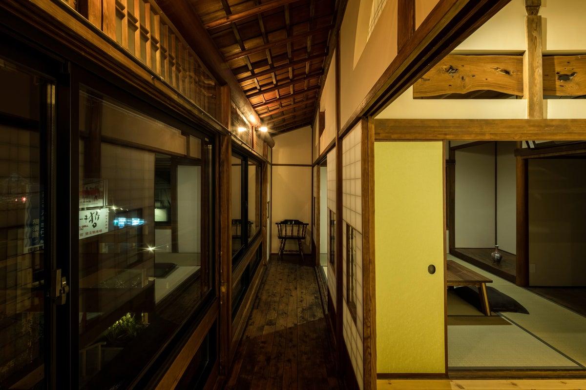 築90年の木造建築の二階、木の温もりに包まれる空間です。仙元山の山並みと富士山を望むことができます。 の写真