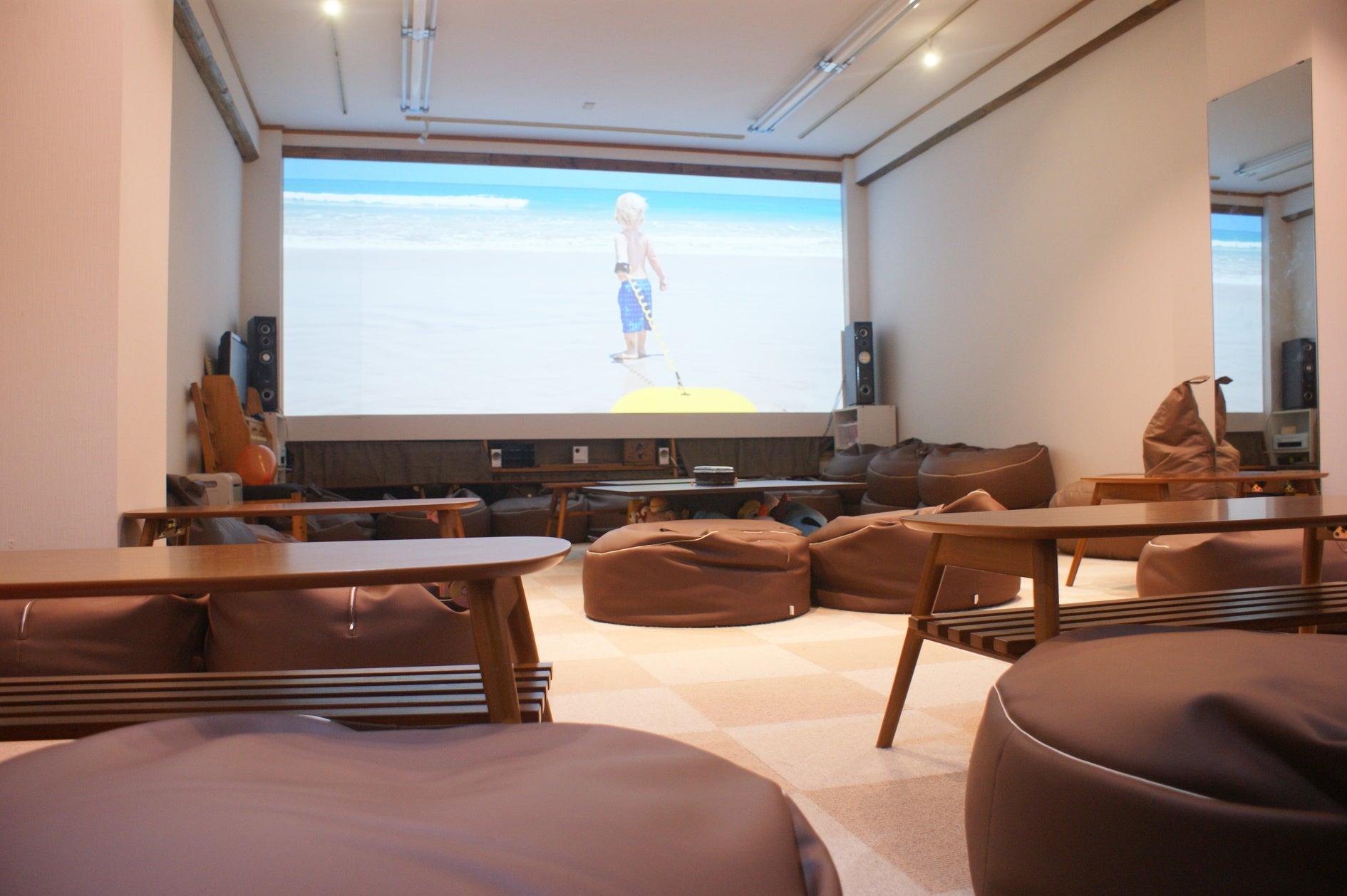 Cafe & Bar 併設、200インチ大画面シアター!映画鑑賞や上映会に最適! の写真