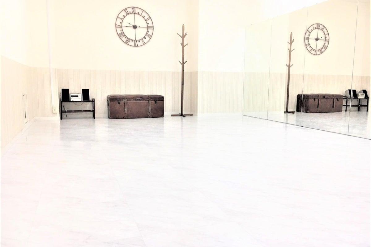 【横浜関内】Wifi完備!明るく清潔感がある駅チカのダンススタジオ!!撮影も可!鏡・大型モニター完備【ホワイトスタジオ】 の写真