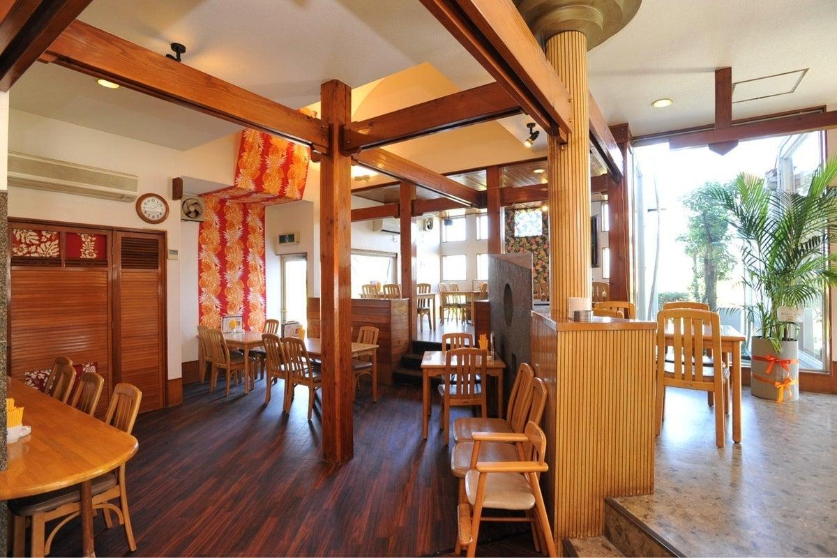 お日様がたっぷり入る明るい店内!ハワイアンテイストのカフェです! の写真