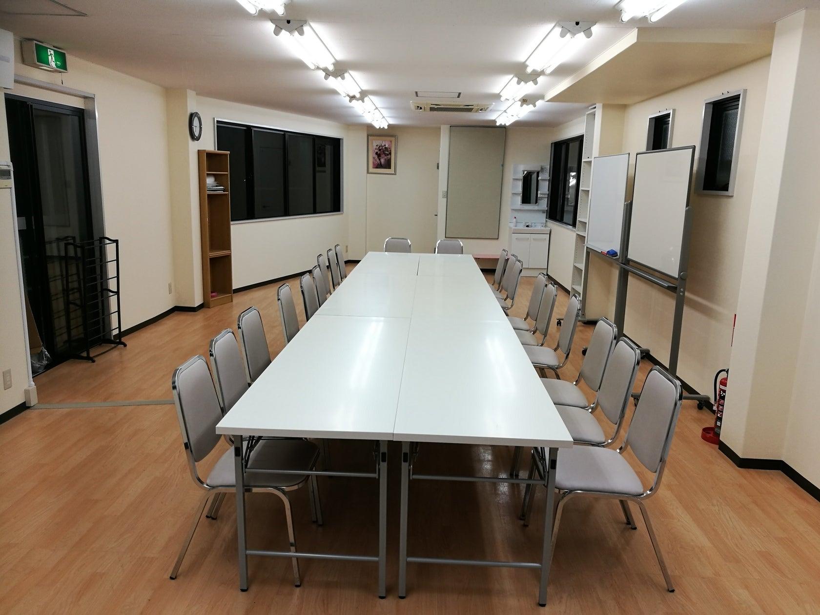 会議や教室に最適!ホワイトボード、長机、椅子、冷蔵庫、シンク完備。(レンタルスペースMontblanc (モンブラン)) の写真0