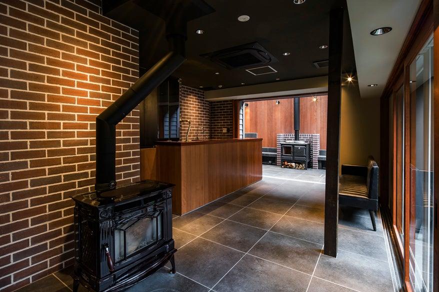薪ストーブ・キッチン・生ビールサーバー付 ゲストハウスなごのや別館ラウンジ の写真