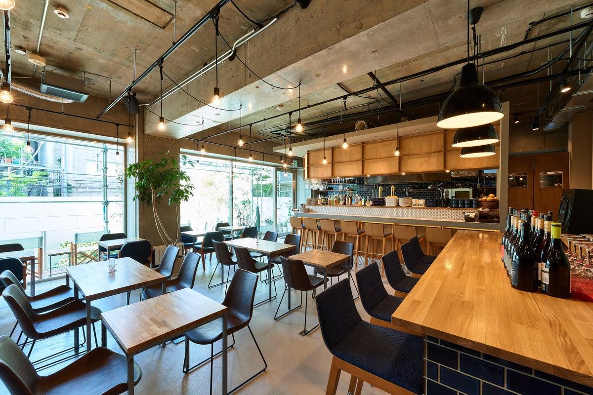 【大きな窓、テラス席】渋谷随一のデザインDJレストラン/最大80名/マイク、プロジェクター の写真