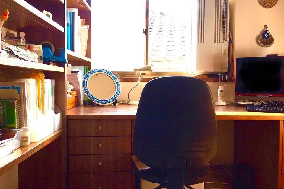 【元外交官の館 三階書斎】正面窓には空・左右を本棚に囲まれたスペース! の写真